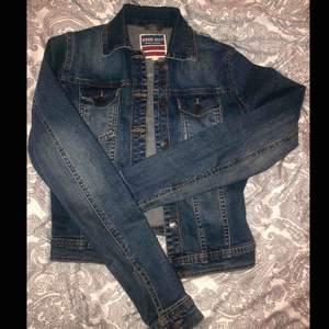 Fin jeansjacka från serious sally, fickor på framsidan med fina detaljer. Storlek 34/XS 💙