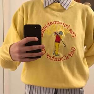 Gul stickad tröja från Hugo Boss med broderad logo. Står ingen storlek men passar alla beroende på vilken passform man vill ha. Jag har storlek 36. Tröjan är köpt i en secondhand-butik. Kan mötas upp i Uppsala eller frakta mot kostnad! 🤠🌻