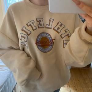Super fin populär tröja ifrån ginatricot, om många är intresserade blir det budgivning i kommentarerna:) möts upp i Stockholm eller fraktar. BUD PÅ 120KR BUDA I KOMMENTARERNA ELLER PRIVAT