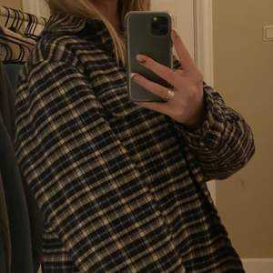 säljer min super varma o sköna rutiga jacka! säljer pga inte kommit till andvänding. den är egentligen kill modell men sitter jättesnyggt på! storlek m 🤍