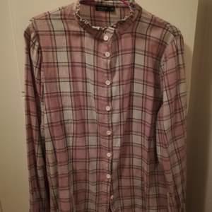 Mjukaste flanellskjortan med söt ståkrage i strl L från Cotton on. Lös passform, använd endast en gång.