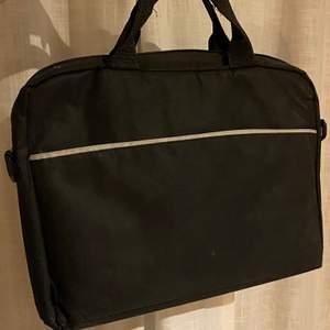 En väska för datorer. Använd några gånger. Medföljande axelbandsrem.