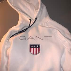 Säljer min Gant hoodie vit den är i storlek S, nypris 1000. Den är i bra skick hör av er om ni har frågor eller vill ha mer bilder☺️