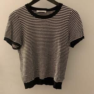 Populär tröja från zara, den är köpt second hand och är en large men passar mig jättebra som vanligtvis är en small.