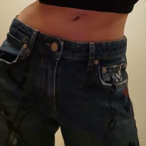 Säljer dessa skit balla lågmidjade jeans från zara i storlek 34. Jeansen har används en eller två gånger och är i perfekt skick. Start budet ligger på 100 kr  då nypris var 300 kr och frakt mellan 40-66 kr beroende på vad paketet väger. För fler eller bättre bilder är det bara att dm. Tar endast emot swish❤️