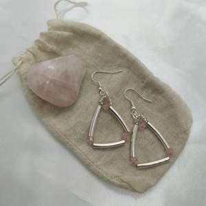 Handgjorda örhängen med metall- och plastpärlor 💘✨