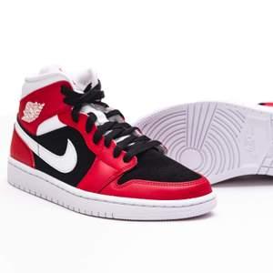 Säljer ett par Air Jordan 1 mid gym red i storlek 37,5! Skorna är nya och självklart finns kvitto😊