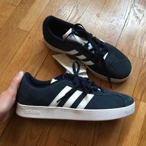 Helt nya och oanvända Adidas wmns vl court i strl 37 säljes pga används ej 😭 bor i sthlm men skickar helst! 🥰