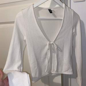 Vit jättefin knyt tröja från HM • Passar till det bästa och är stretchig i storlek • Storlek XS (passar s också) • Säljer för 100kr + frakt 🥰