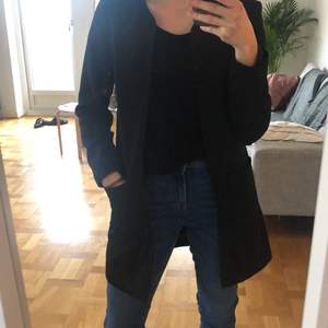 Easy to wear black coat from H&M, perfect condition size 34. Smart coat to be worn with a cocktail dress, also suited for adding sophistication to an informal outfit. Unfortunately, it does not suit me anymore