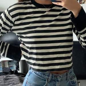 Randig långärmad tröja från h&m i storlek S. Säljes pga: kommer inte till användning. Frakt tillkommer✨🦋