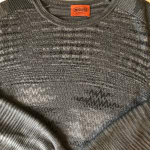 Finstickad och mönstrad tröja från Missoni. Storlek 48 (S-M).  Jättefin i kvalitet och passform. Nypris ca 6000kr.