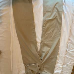 Beige kostymbyxor med dragkedja vid sidan, sjukt snygga!