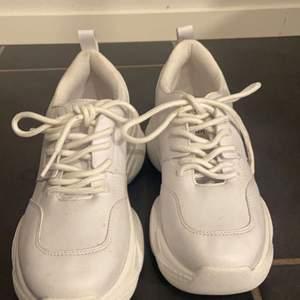 vita skor. Aldrig använda bara provade