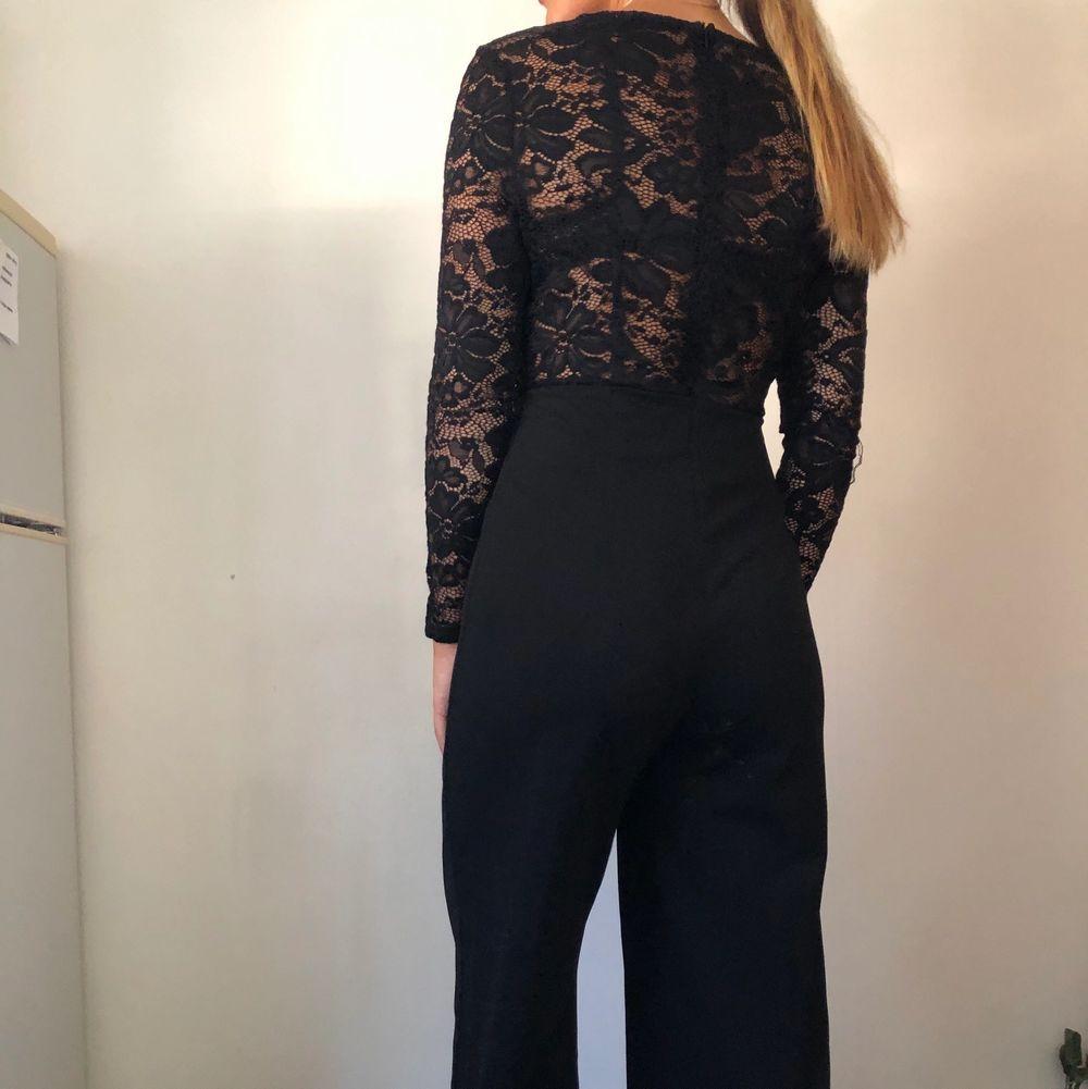 Säljer denna jättefina jumpsuit då den inte kommer till användning. Den är i stretchigt material och passar mig bra (jag har alltid S). Använd endast 1 gång 🌸. Jeans & Byxor.