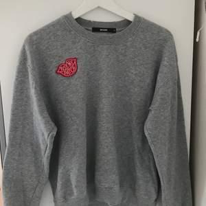 Superskön grå sweatshirt! Hör gärna av dig om du är intresserad! Budgivning om fler är intresserade!