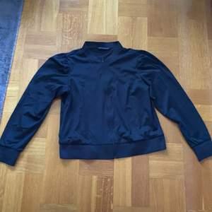 Svart Rönnisch träningströja med puffaxlar i strl. XL. Pris exkl. frakt, köparen står för frakten.