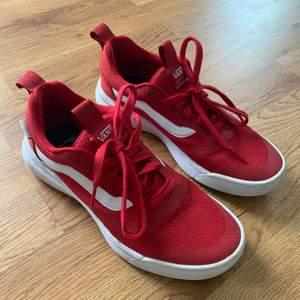 Säljer dessa röda vans skor som är i mjuktmaterial, använda fåtal gånger i storlek 38.