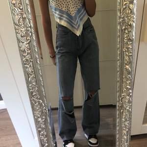 Ascoola jeans från boohoo i st uk 8 ( typ som 36/ s). Jag är 174 och brukar ha storlek xs. Dom sitter toppen på mig (säljer då jag har flera likadana jeans så dom kom aldrig till användning). Endast provade, lappen sitter fortfarande kvar. Högsta bud: 250