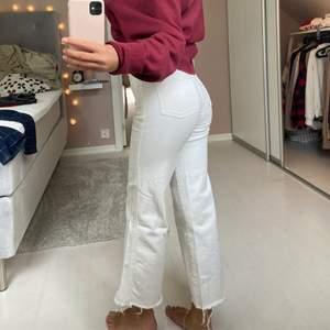 Säljer dessa vita jeans, ena flärpen är av och lite fläckar nertill! Sjukt snygga, lite tajta på mig som är 165! Storlek 34💜Frakt ingår