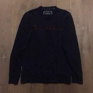 En Sweatshirt från Bondelid i mörkblått med röd logotext på framsidan. I fint skick (använd några få gånger). Kan skickas eller mötas i Stockholm.