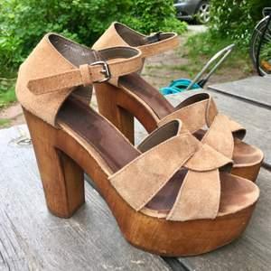 Mocka-sandaler med träklack från Scorett. Något stora i storleken.