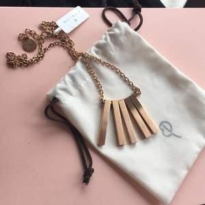 Jättefint halsband från Edblad i matt roséguld från kollektionen Ra (säljer även matchande örhängen!)  Perfekt att ge bort som present då även påsen medföljer! ✨