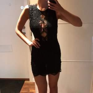 Kort svart spetsklänning från Bershka. Öppen rygg.