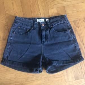 Grå jeansshorts från Cubus i bra skick. Knappt använda. Priset är inklusive porto.