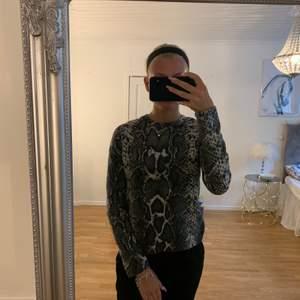 En trendig tröja från Gina Tricot som bara är använd ett fåtal gånger