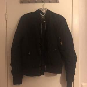 En svart jacka i storleken S