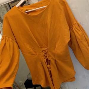 Skön tröja i orange färg.