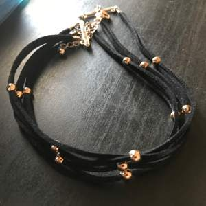 Snyggt svart halsband! Använder en gång + att ta kort🙈 Köpare står för frakt, annrs kan ses I Stockholm City 😊