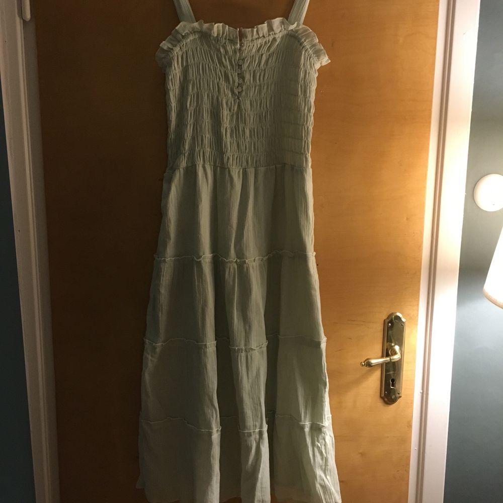 Prislapp kvar! Så fin långklänning som är helt oanvänd. Klänningar.