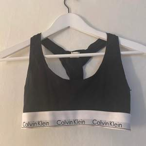 Äkta Calvin Klein topp i storlek S, passar bra i xs och A till möjligen C-kupa 🥰 i gott skick då de inte blivit mycket användning av den💗frakt 42kr