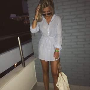 En jätte fin strandklänning som är perfekt att ha över bikinin. Klänningen har en knytband som man kan knyta i midjan, även knappar för att inte vid så mycket bröst om man vill. Frakt 50kr eller mötas upp🌸