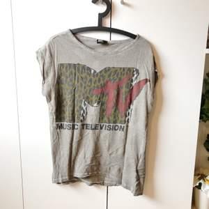 t-shirt med MTV tryck, storlek L. tycker själv den är supermysig och cool men trivs inte i modellen :( så pls köp den så att den kan få bli älskad