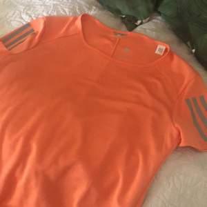helt ny t shirt från adidas