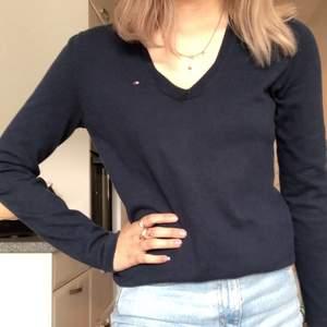 Jättefin marinblå Tommy Hilfiger tröja som är sparsamt använd! I storlek XS eller S, älskar den men behöver plats i garderoben. Köparen står för frakten!💞
