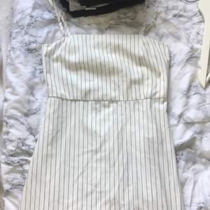 En vit och mörkblå randig klänning från pill&best storlek s. Finns justerbara band och en dragkedja i ryggen 10/10 i skick. Köpt för 259kr