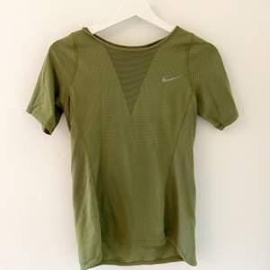 Militärgrön träningströja från Nike i storlek XS. Den är ganska lång och inte så tight så den passar mig som är en storlek S också. Kostade ca 250kr nypris, jag säljer för 60 kr. Köparen står för frakt. Vid snabb förhandling kan pris diskuteras 😇