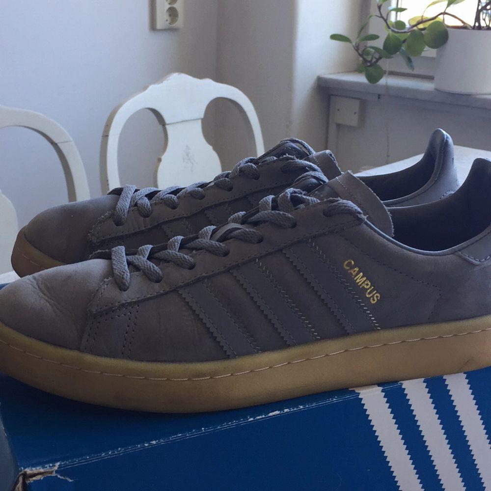 Fina Campus sneakers som använts 2-3 gånger för två somrar sen. Ser ut som nya, en liten diffekt (på tredje bilden) som var när jag köpte dom. Frakt: 79kr. Skor.