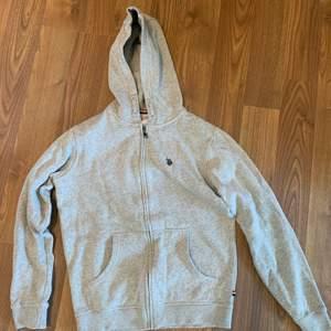 En tröja från U.S polo assn i nyskick. Kolla också in övriga annonser, allt kostar 50kr styck🤗