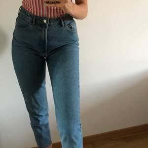 Girlfriend jeans från Zara i bra skick. Storlek 36, frakt ingår ej i priset.
