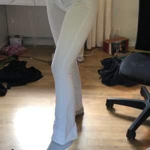 Knappt använda vita utsvängda byxor. Köpare står för frakt :). Sitter otroligt bra och formar sig enkelt efter kroppen.