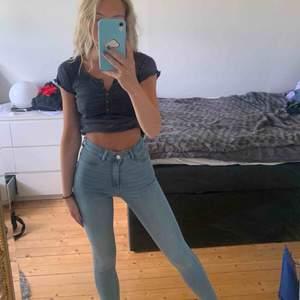 Säljer mina fina men i princip oanvända byxor ifrån Gina Tricot! Sitter jättefint på! Om man vill kan man klippa byxorna nedtill för en liten toutch:)!