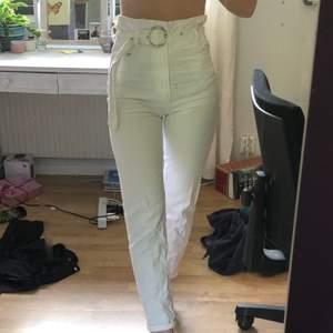 Knappt använda vita byxor med unikt skärp. Köpare står för frakt ;)