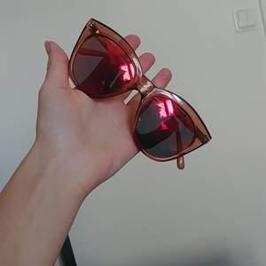 Fina stora röda Le specs, använt väl och pytte liten skåma men syns inte alls 💜 Finns i Stockholm