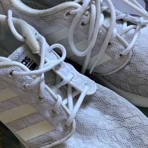 Fina vita skor från Adidas! Dock finns det inga sulor i men det är enklet att hitta!