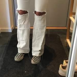 Säljer dessa vita dr denim jeans med hål i storlek s/32, i modellen macy. Jätte strechiga, sköna och sitter bra på. Köpta för 500. 🥰